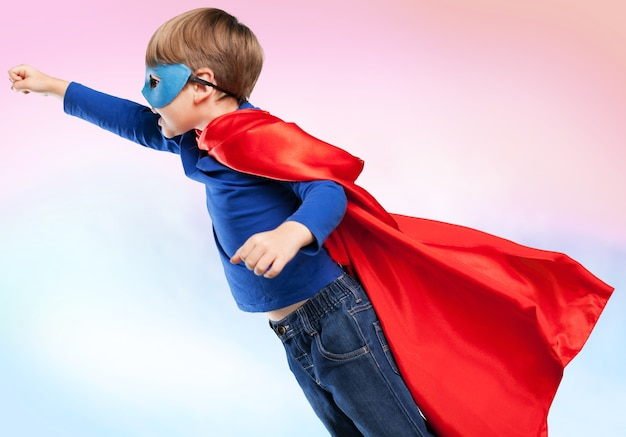 Милый ребенок мальчик в костюме супергероя