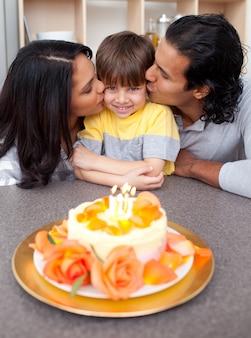 親と一緒に誕生日を祝うかわいい子供