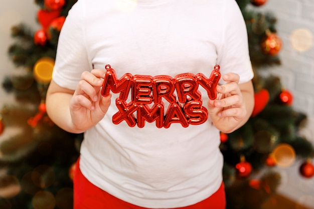 クリスマスツリーの近くでかわいい子元気なムード遊びそれは奇跡です