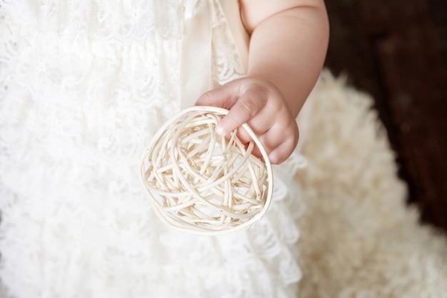 Милая детская девочка держит мяч в руках. фото крупным планом