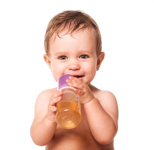 Милый ребенок держит детское питание