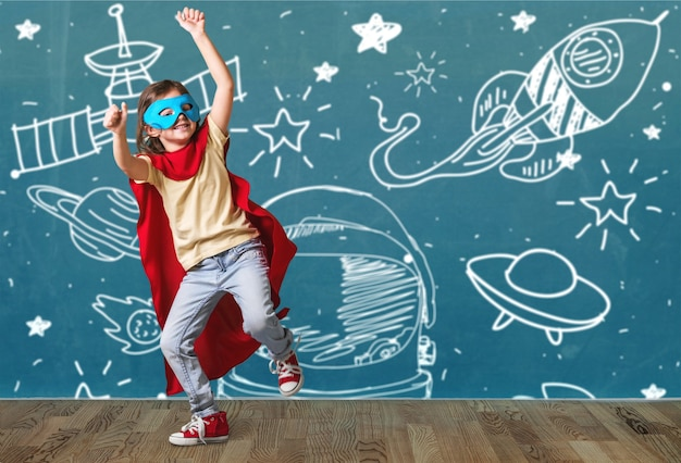 Милый ребенок в костюме супергероя