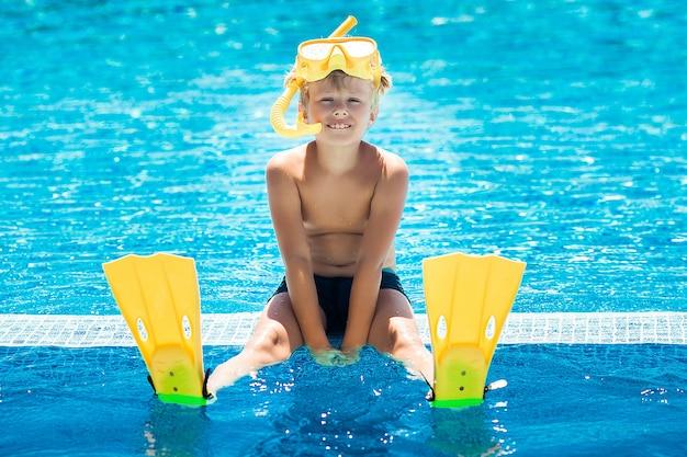 Милый ребенок в бассейне