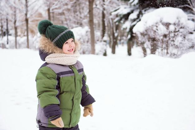 Милый ребенок играет в снегу