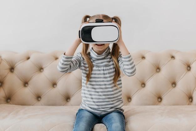 Милый ребенок с помощью гарнитуры виртуальной реальности, вид спереди