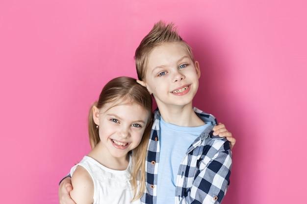 귀여운 어린이, 형제 및 자매 7-9 세 미소
