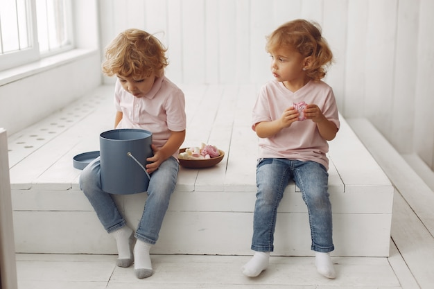 家でクッキーを食べるかわいい子供たち