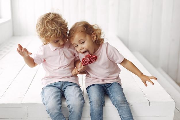 Милые дети веселятся с конфетами
