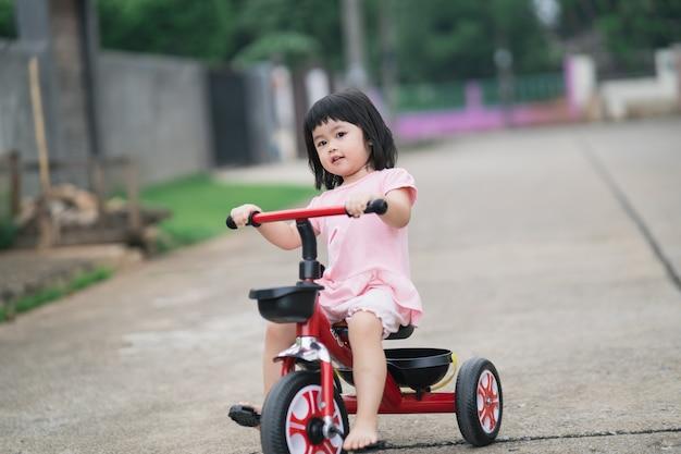 자전거를 타는 귀여운 아이들. 자전거 타기를 즐기는 아이들.