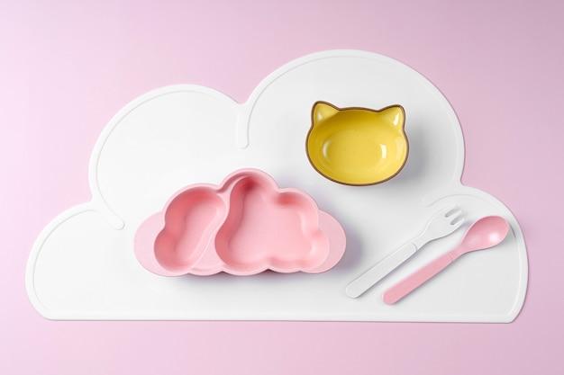 ピンクの背景にかわいい子供用プレート。出産。キッズメニュー、栄養、摂食の概念