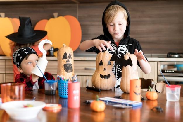Bambini svegli con il concetto di halloween zucche