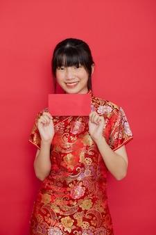 빨간 봉투를 들고 귀여운 중국 여자