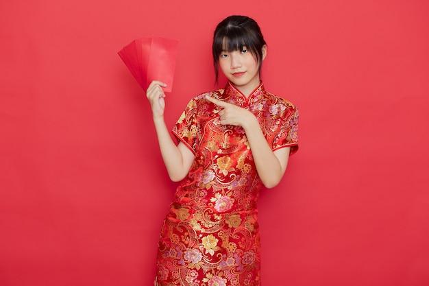 赤い封筒を保持しているかわいい中国人女性