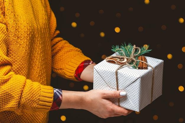 Милый рождественский подарок в женских руках