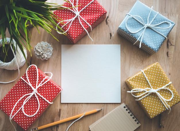 かわいいカラフルなドットギフトボックスプレゼント、便箋、フラットレイ