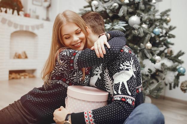 집에서 귀여운 커플