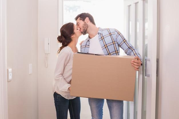 골 판지 상자를 들고 귀여운 커플