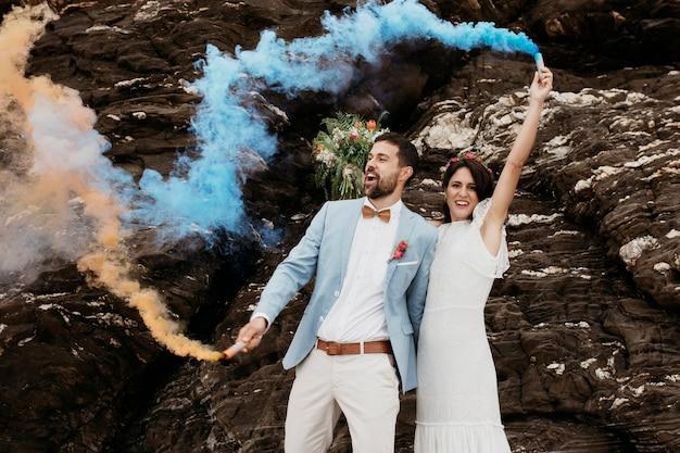 Coppia carina che celebra il proprio matrimonio sulla spiaggia Foto Gratuite