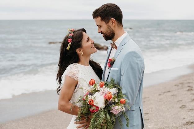 Милая пара празднует свадьбу на пляже