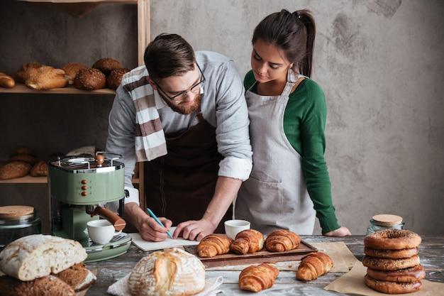 かわいいカップルが台所で料理
