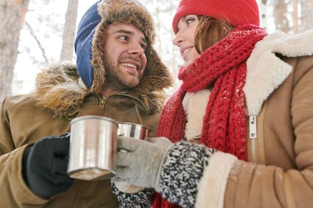 Милая пара пьет горячий шоколад