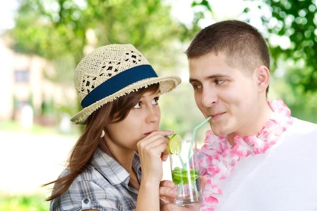 モヒートカクテルを飲むかわいいカップル