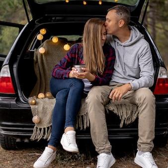 Милая пара, наслаждаясь поездкой вместе