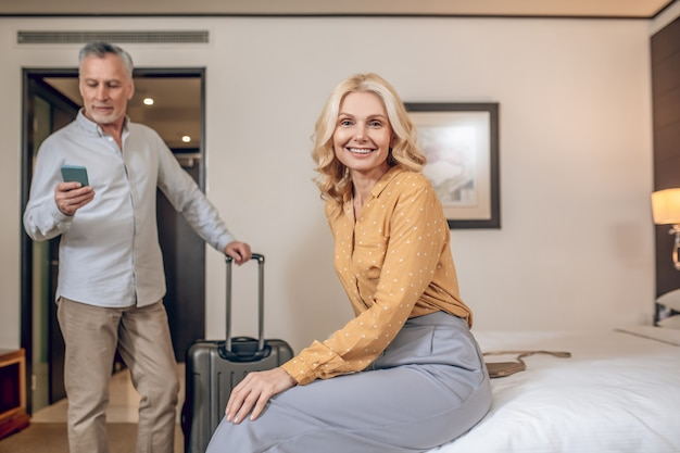 귀여운 커플. 호텔 방에서 잘 생긴 남자와 예쁜 여자