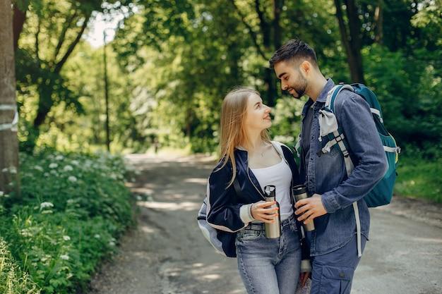 Милая пара отдыхает в летнем лесу
