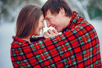 かわいいカップルは、ウィンターパークで楽しい時を過す