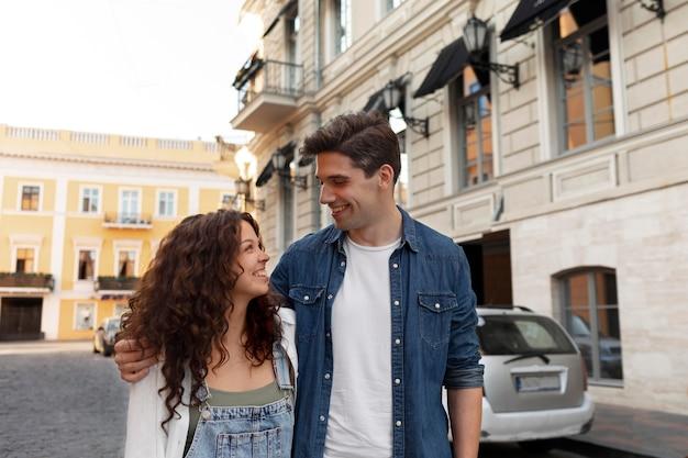 야외에서 데이트를 하는 귀여운 커플