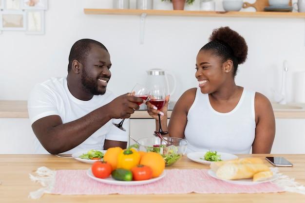 낭만적 인 저녁 식사를하는 귀여운 커플