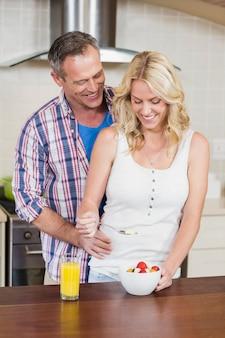 かわいいカップルが台所で朝食をとって