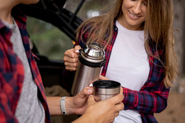 Coppia carina mangiando un caffè insieme