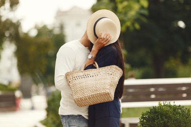 都市のかわいいカップル。白いシャツの男。人々は歩く。