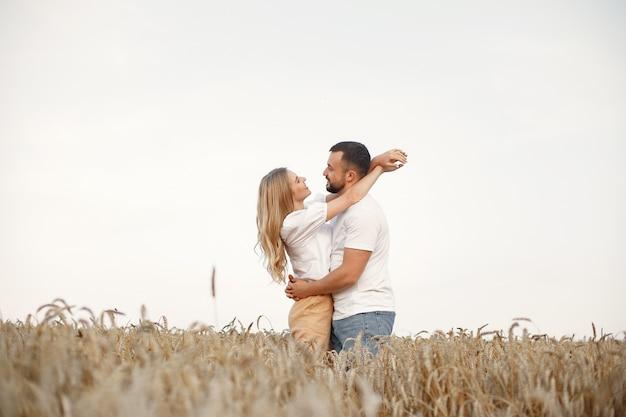 필드에서 귀여운 커플입니다. 흰 블라우스에 아가씨. 흰 셔츠를 입은 남자