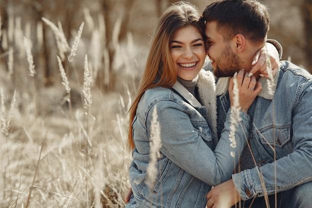 Милая пара в джинсовой одежде в весеннем поле