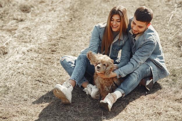 春の野にジーンズの服でかわいいカップル