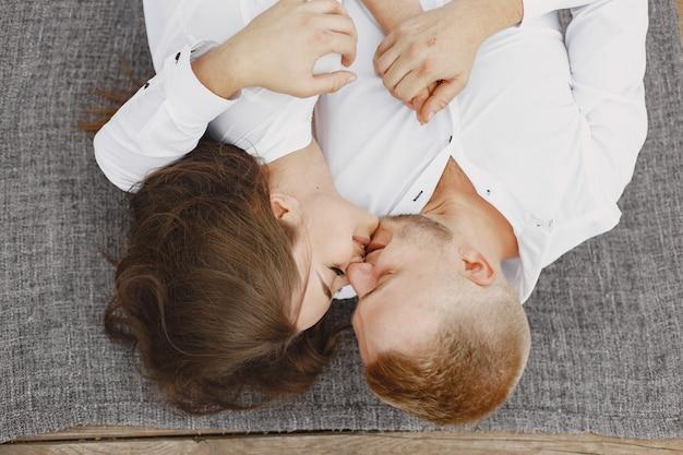 公園でかわいいカップル。白いシャツを着た女性。桟橋の人々。