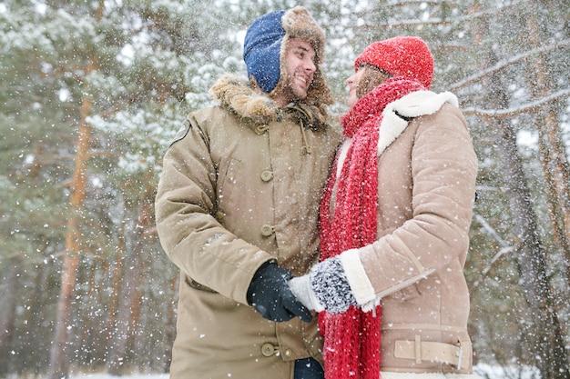Милая пара в снегу