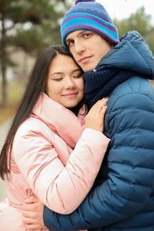 야외에서 따뜻한 옷에 귀여운 커플