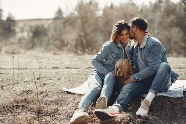 La coppia sveglia in jeans copre in un giacimento della molla