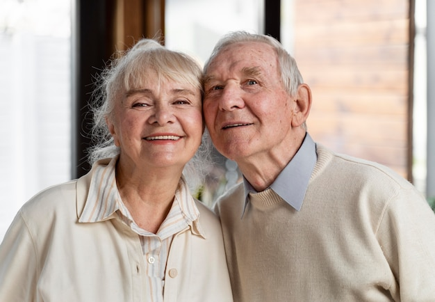 自宅で高齢者のかわいいカップル
