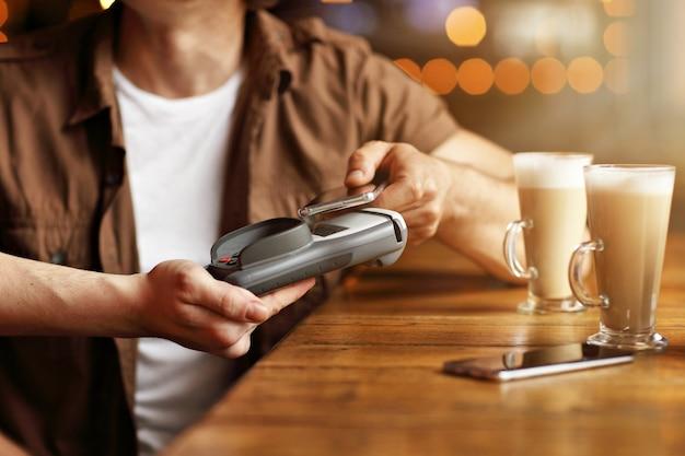 신용 카드로 지불하는 카페에서 데이트 귀여운 커플
