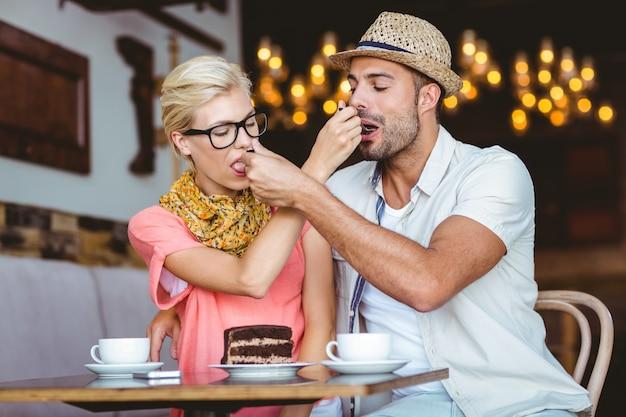 Симпатичные пары на свидание давая друг другу пищу