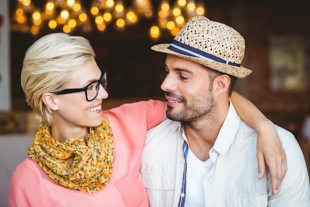 Симпатичная пара на свидание, глядя друг на друга