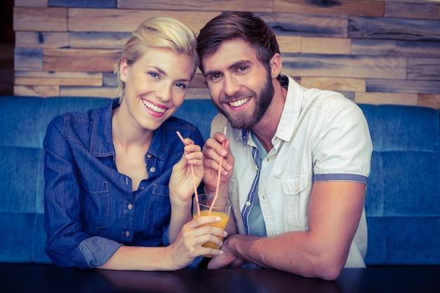 Симпатичные пары на день обмена стакан апельсинового сока