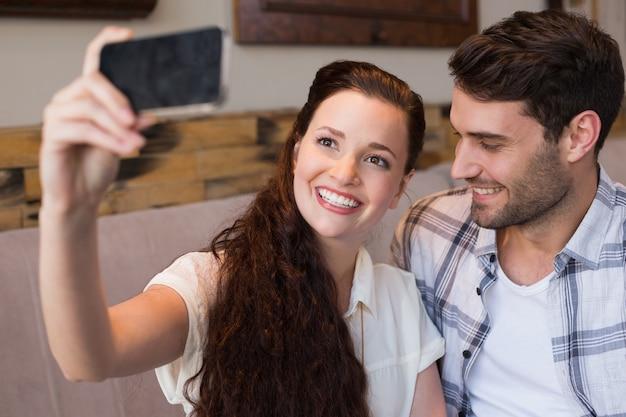 Симпатичная пара на свидание с собой
