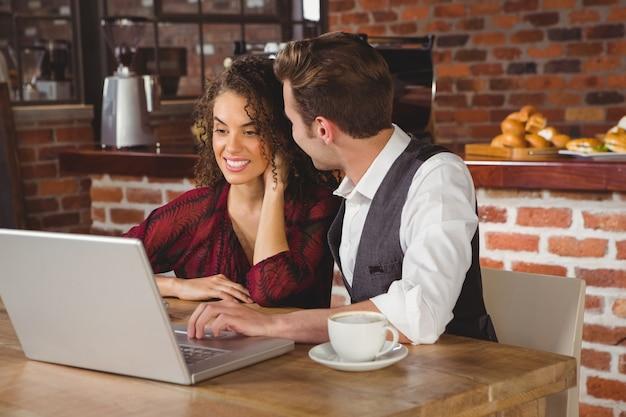 Симпатичная пара на дату смотреть фотографии на ноутбуке