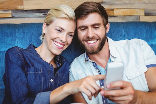 Симпатичная пара на свидание с фотографиями на смартфоне